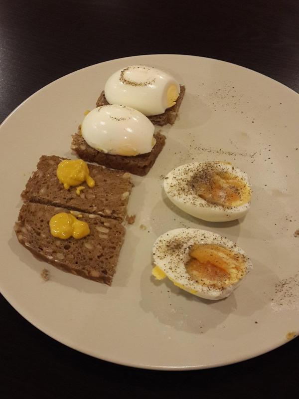 ไข่ที่ต้มมาแล้ว 6 นาที ทานร่วมกับขนมปังเยอรมันสีดำและมัสตาร์ด อาหารลดน้ำหนักที่สมบูรณ์แบบในฉบับมังสวิรัติ